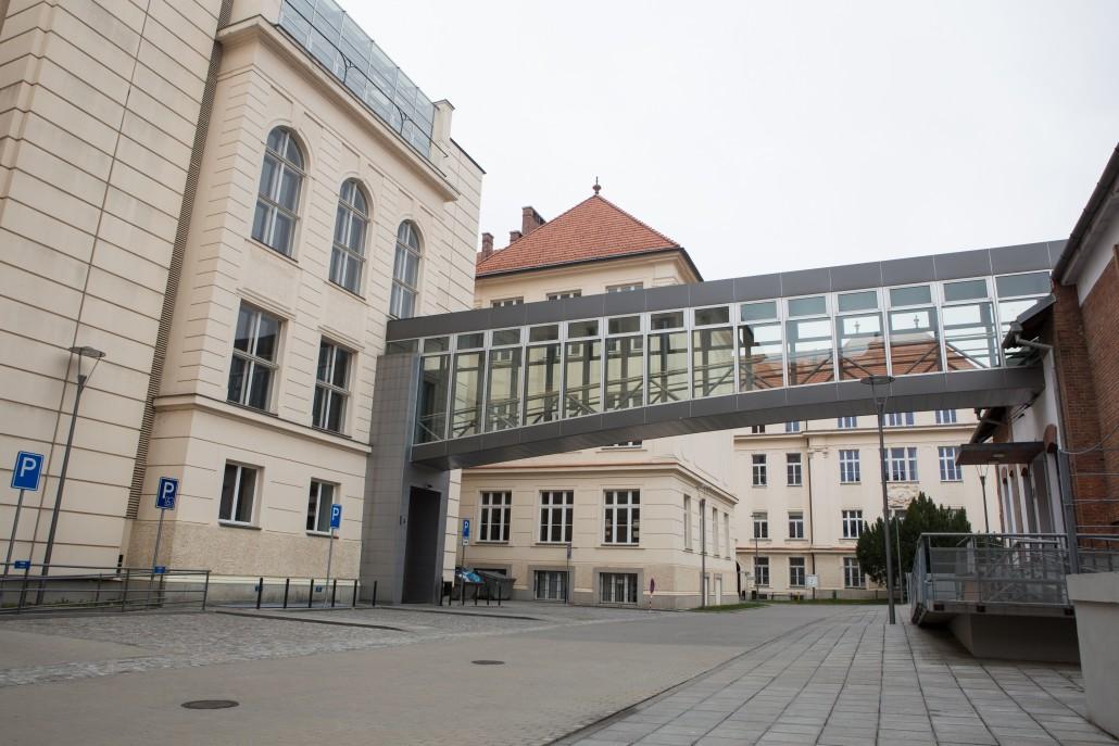Mytí oken v celém areálu brněnské fakulty