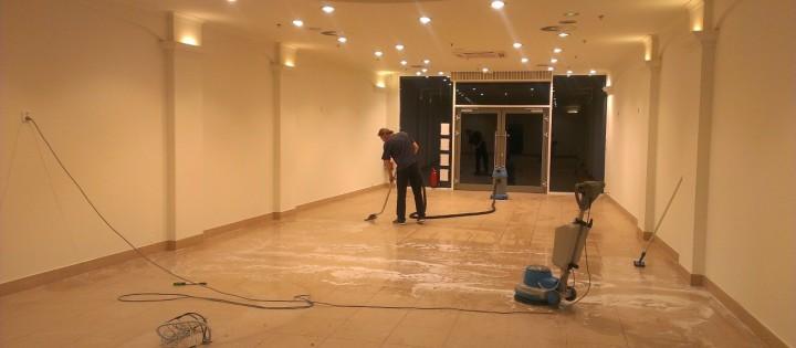 Voskování podlahy v hale Praha
