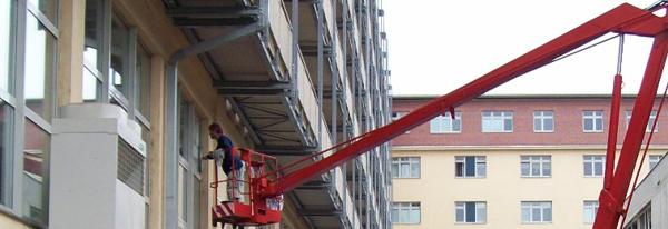 Výškové mytí oken z montážní plošiny Praha