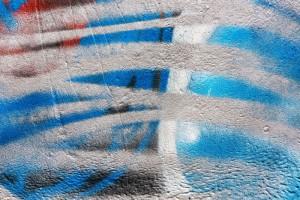 zničená fasáda od graffiti